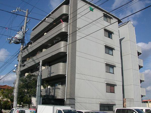 タイル張りの外観。便利な風呂追い炊き機能付き。大阪府堺市中区深井水池町